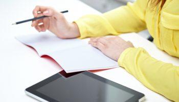 デジタルよりも効果的!?紙とペンを使ったタスク管理術とは?