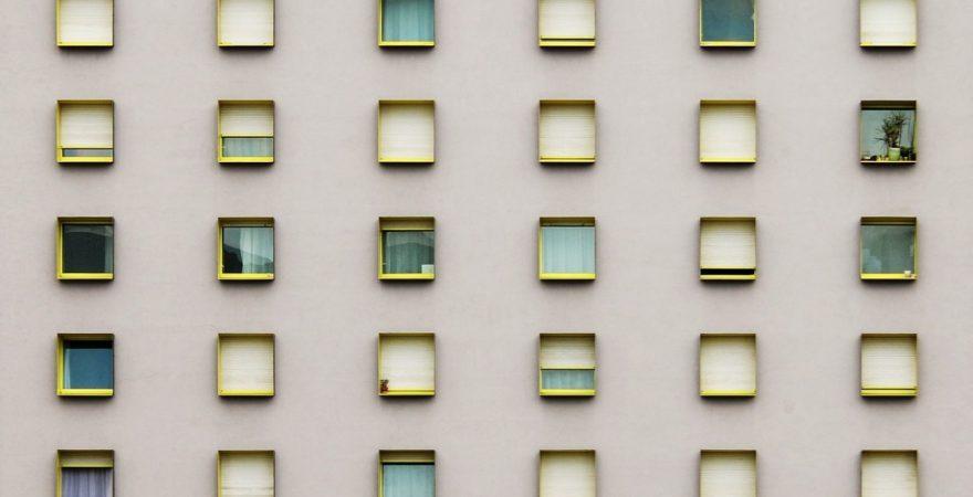 ビジネスにも活用されている「割れ窓理論」とは?